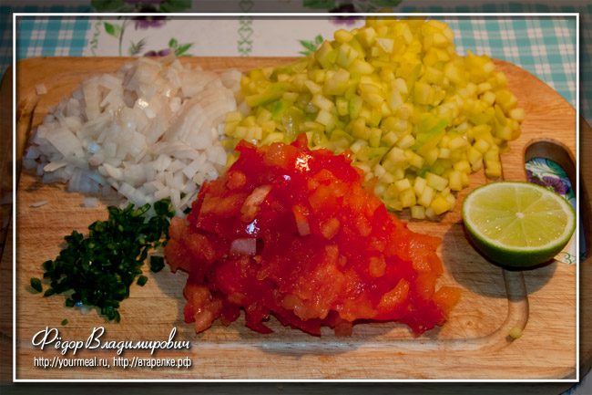 Сальса из манго, лука, кинзы, помидоров, чили и сока лайма