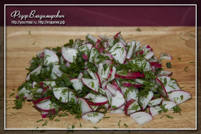 Салат из помидоров и редиса.