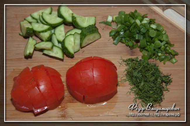 Овощной салат с копченой красной рыбой.