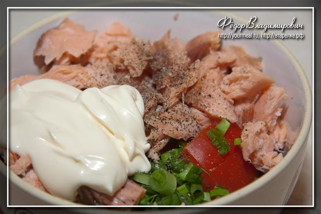 Овощной салат с копченой горбушей.