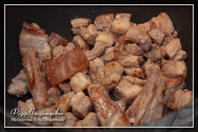 Свиные ребрышки с тушеной квашеной капустой.