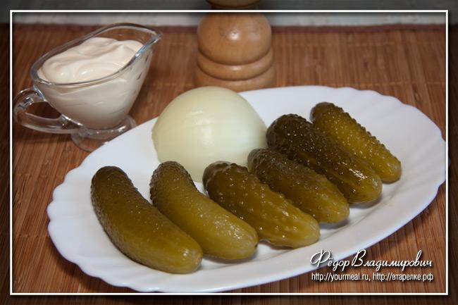 Салат из соленых огурцов и лука.