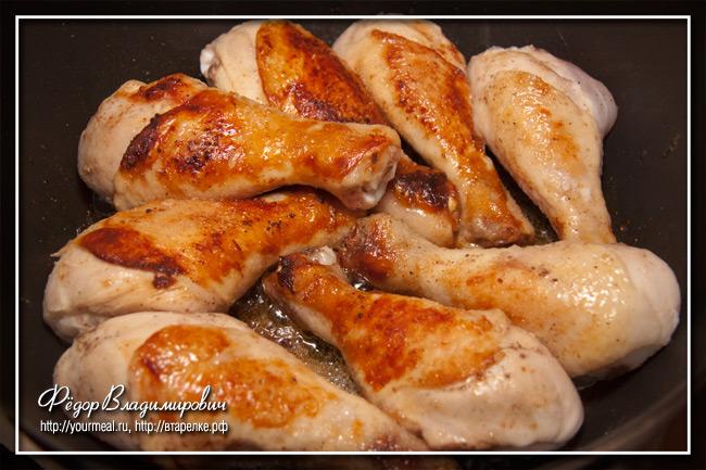 Курица жарится на