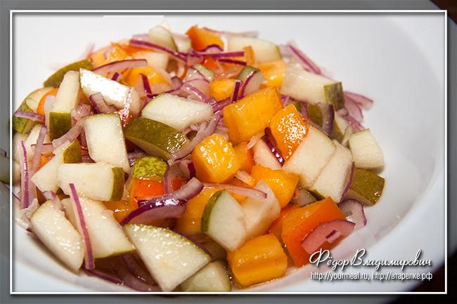 Салат из хурмы, груши и лука