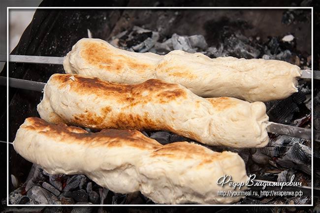 Хлеб на углях. На шампурах. На мангале.