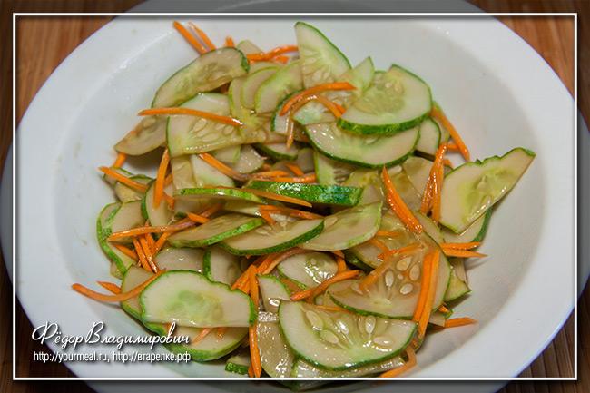 Салат из огурцов и моркови.