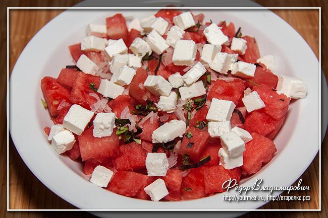 Салат из арбуза с фетой и базиликом.