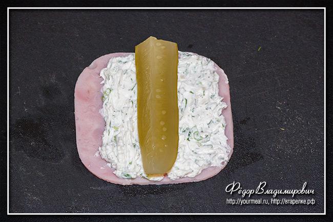 Рулет из ветчины с сыром.