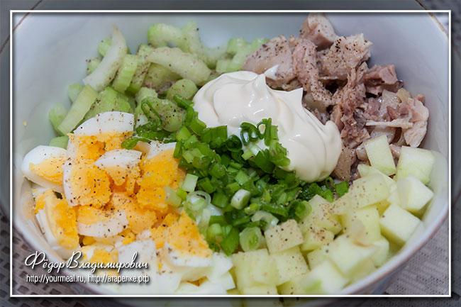 Салат с курицей, яблоком и сельдереем