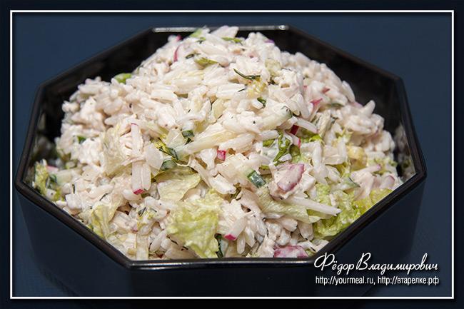 Салат из риса с курицей и овощами