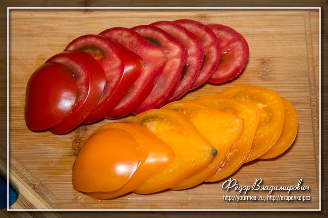 Разноцветный салат из помидоров