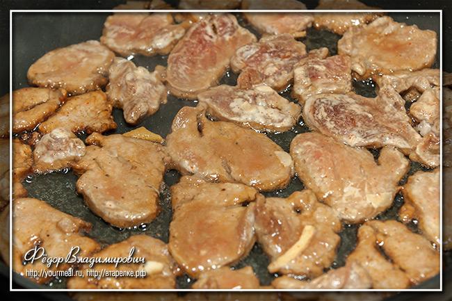 Жареная лапша со свининой и кабачком
