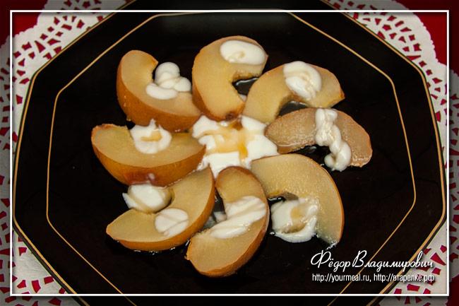 Запеченная айва с йогуртом и медом