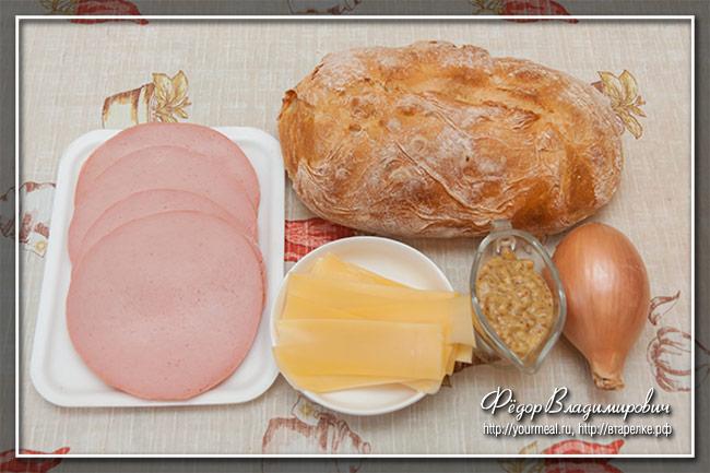 Сэндвич с жареной колбасой болонья и карамелизованным луком