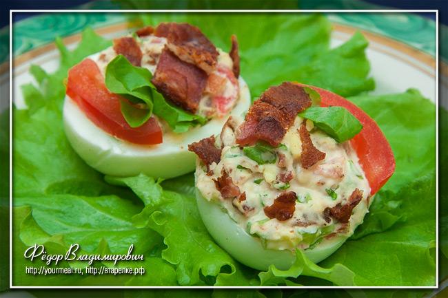Яйца, фаршированные беконом, салатом и помидором BLT Deviled Eggs