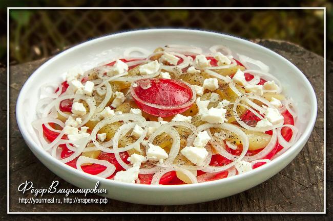 Салат из помидоров с запеченным сладким перцем и брынзой