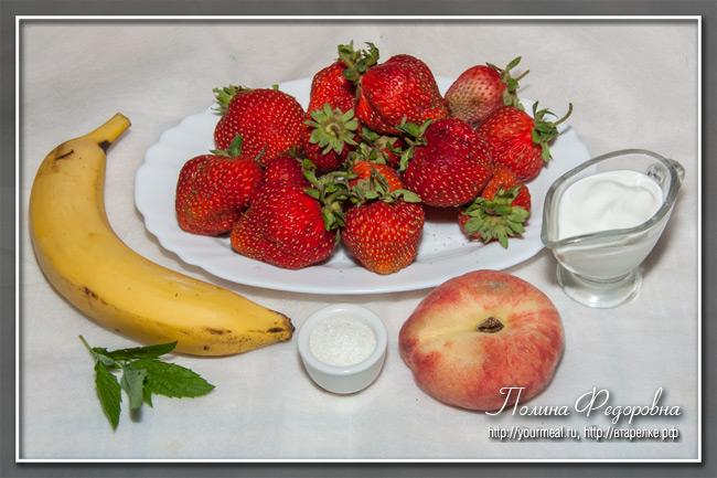 Фруктовый салат с бананом и персиками