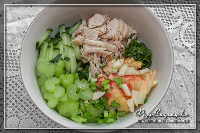 Салат с курицей, сельдереем и карри