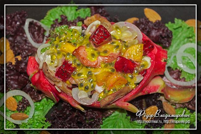 Экзотический салат с курицей, питахайей и хурмы с соусом из маракуйи