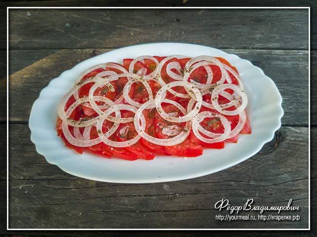 Салат из помидоров с ржаными чесночными гренками и бальзамическим кремом