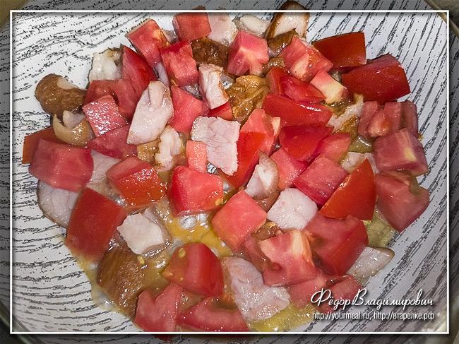 Яичница с ветчиной и помидором