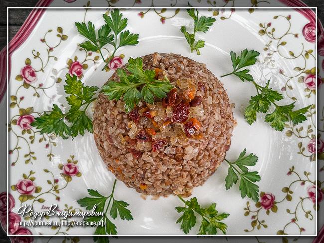 Гречневая каша с овощами и вялеными помидорами